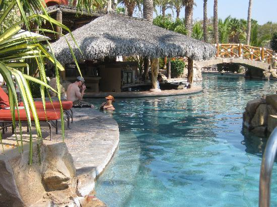 Hacienda del Mar Vacation Club : Pool with swim up bar (my favorite place)