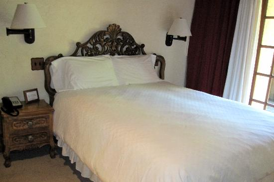 Rancho Caymus Inn: Bedsare adorned with hand-carved headboards.