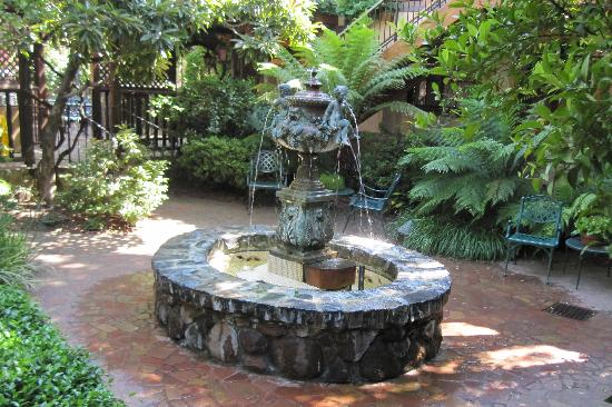 Rancho Caymus Inn: Courtyard features a fountain and an abundance of plants.
