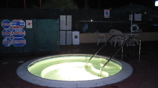 Comfort Inn Near Warner Center: Hot tub at night