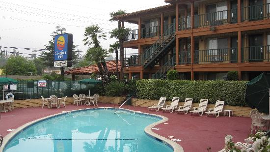 Comfort Inn Near Warner Center: Pool Area