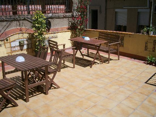 Hostel Duo: A small outside common area.