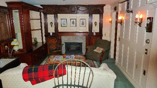 Black Friar Inn: Enjoyed the sitting room with gas fireplace (yes, we used it in June!)