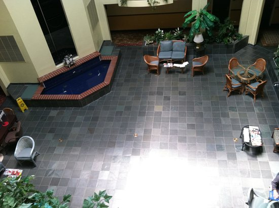 Country Inn & Suites by Carlson - San Carlos: View from top floor onto atrium