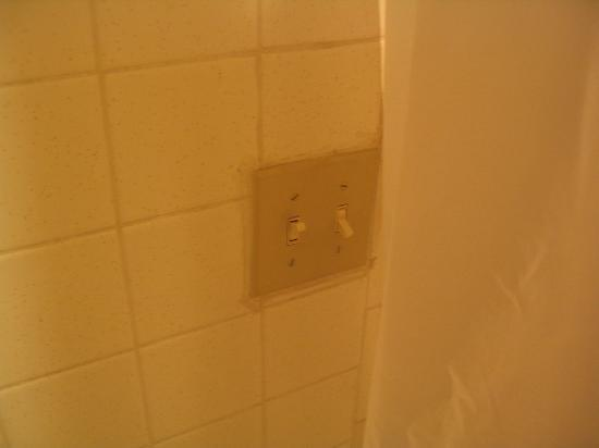Travelodge Amarillo West: Bathroom light  switch INSIDE the shower curtain