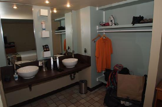 Crosswinds Motel: Sink area and closet area
