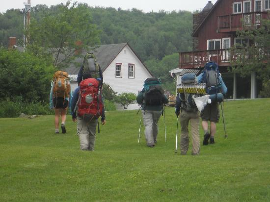 Mountain Meadows Lodge: Hikers returning from trail head up the lawn from Kent Pond to the lodge