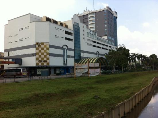 Kluang, Malasia: The tall building is Prime City Hotel.