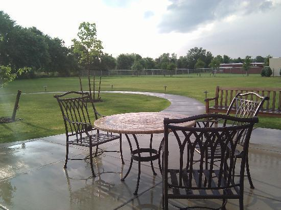Staybridge Suites Buffalo/West Seneca: The patio by the restaurant..