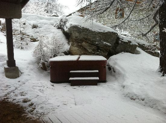 the hot tub in the snow picture of chalet genevieve val d 39 isere tripadvisor. Black Bedroom Furniture Sets. Home Design Ideas