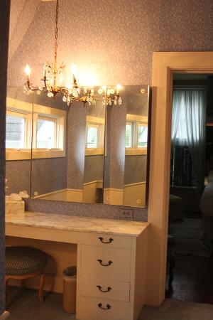 Lake Geneva Inn: The Dressing Room