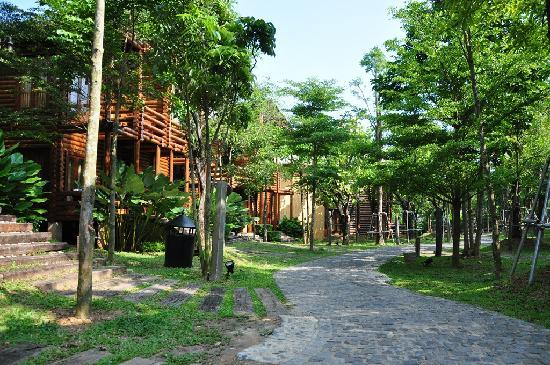 Ayer Keroh, Malaysia: Quaint log cabin villas in a resort village setting
