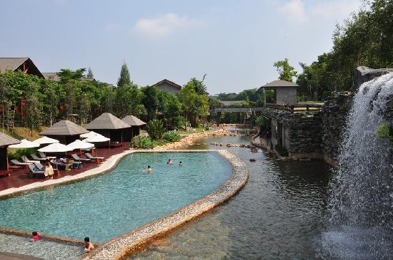 Ayer Keroh, Malaysia: Swimming pool with a waterfall