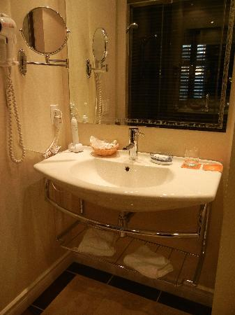 Auberge Le Vincent: Bathroom 1