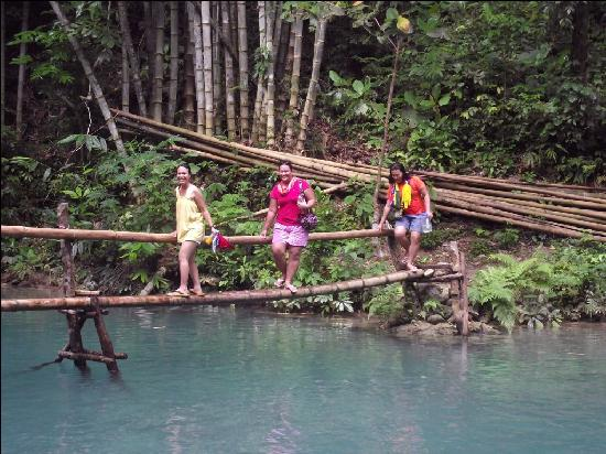 Moalboal, Filipina: crossing water at 3rd falls