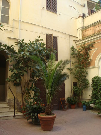 Hotel Rosetta: The courtyard outside the hotel