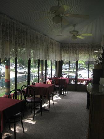 Albert Stevens Inn: patio dining area