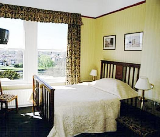Riverside Hotel - Richmond: room looking over garden and river