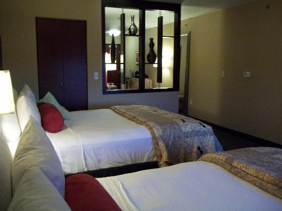 Cambria Suites Green Bay: Beautifully decorated room