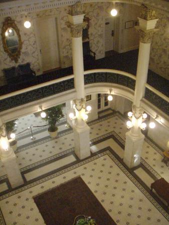 Menger Hotel: down onto second lobby