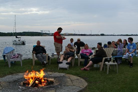 Beach Harbor Resort: Excellent fire pit