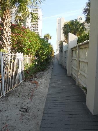 Club Destin Condos: The walk to the beach after you get off the hwy