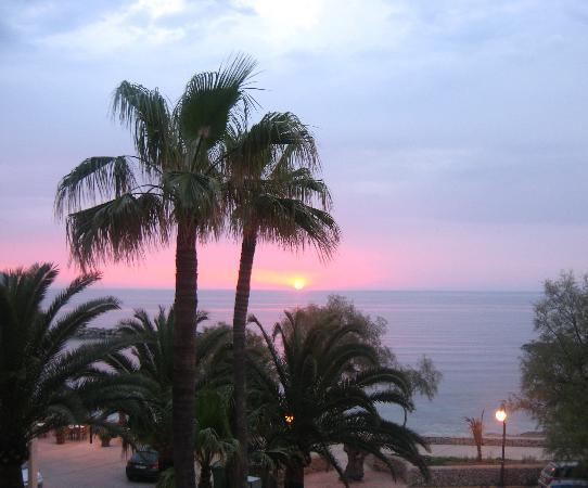 Cala Bona, Spanien: A lovely seafront to sit and enjoy the sunset