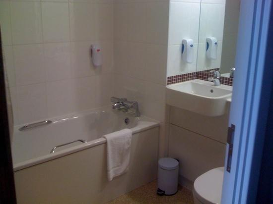 Premier Inn London Greenwich: immaculate bathroom. with best air con in room!