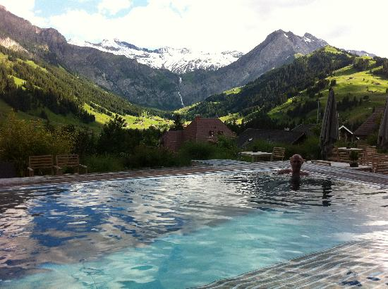 Adelboden, İsviçre: THAT view from the outdoor pool