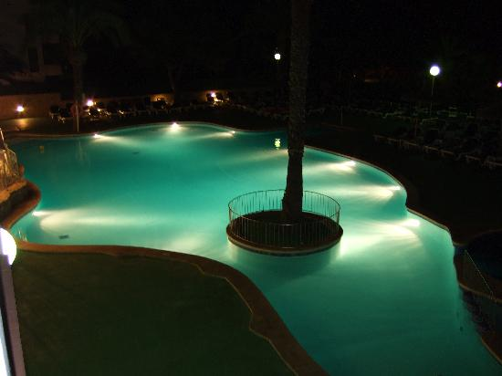 Apartamentos Cala d'Or Playa: Pool at night.