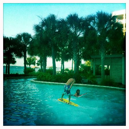 Destin West Beach and Bay Resort: zero entry pool leading to the lazy river