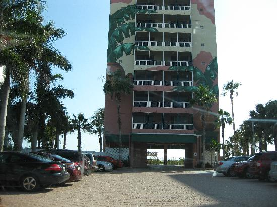 Casa Playa Resort: Building and parking lot