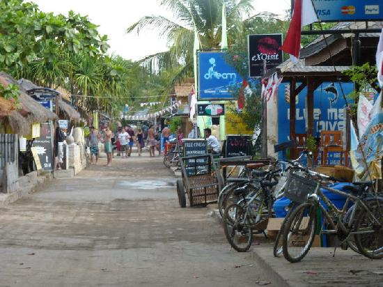 Aaliku Bungalows: main st of Gili T