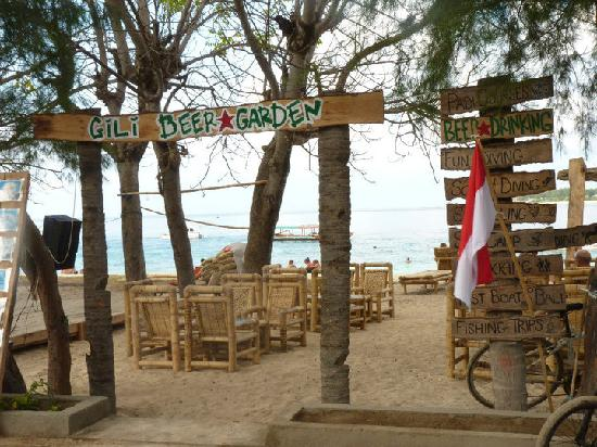 Aaliku Bungalows: Gili Beer Garden right on the beach near Aaliku