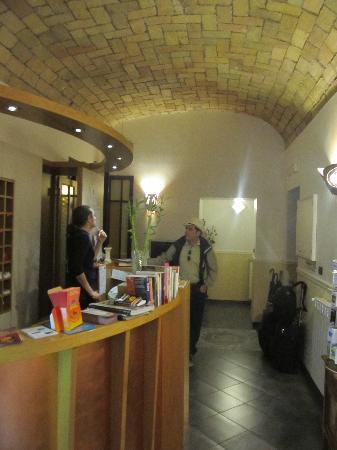Hotel Malu&#39; : The front desk 
