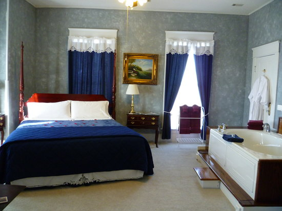 Americus Garden Inn Bed & Breakfast : The room for romance, the Jacuzzi Room.