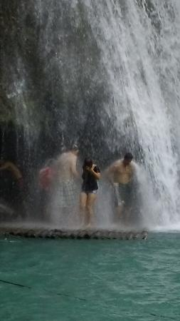 Moalboal, Filipina: Going under the Falls