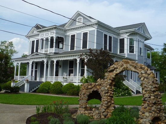 Americus Garden Inn Bed & Breakfast: Historic, romantic Americus Garden Inn built in 1847.