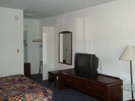 Seatac Inn: fridge, TV