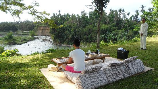 Amanjiwo Resorts: picnic at Progo River