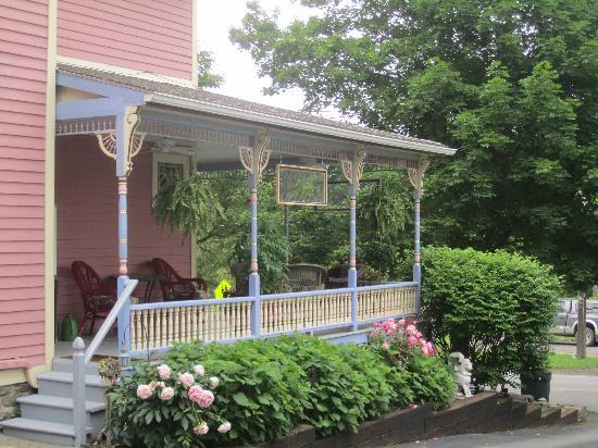 Rose &amp; Thistle Bed &amp; Breakfast: Welcoming porch
