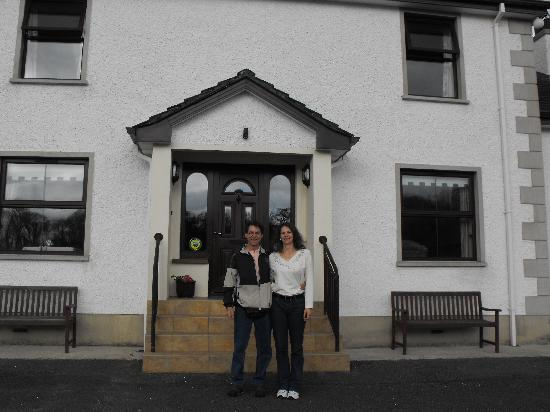 Enniskillen, UK: Us in Front of Corrigan's Shore Guest House