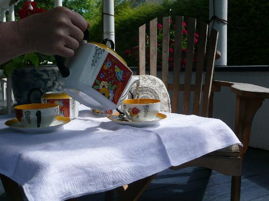 B&B Vert Le Mont: Afternoon tea with homamade cake on the porch