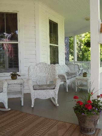 Oak Hill on Love Lane Bed & Breakfast: Beautiful veranda-perfect for reading the paper and having a cup of coffee!