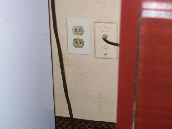 Clarion Hotel and Conference Center: Dirty, two prong outlet
