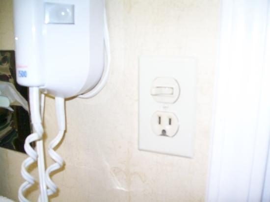 Clarion Hotel and Conference Center: Broken outlet in bathroom