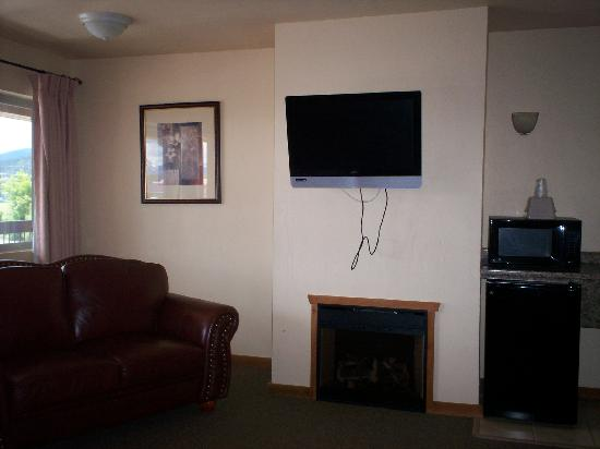 Econo Lodge Kalispell: sofa, fireplace and TV