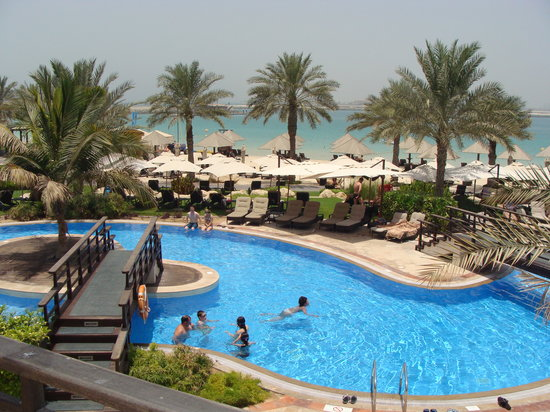 Westin Dubai Mina Seyahi Beach Resort & Marina: part of the long lazy pool
