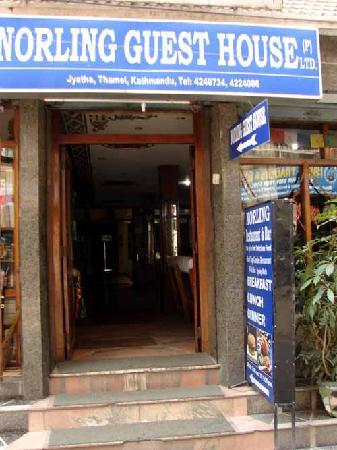 Norling Guest House: Our street entrance offers easy access to shopping district