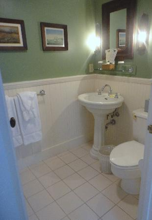 Griswold Inn: bathroom